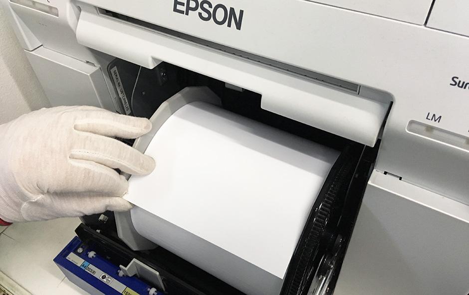 Zakładanie medium w drukarce